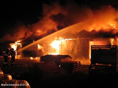 Großbrand zerstört Firmenhalle