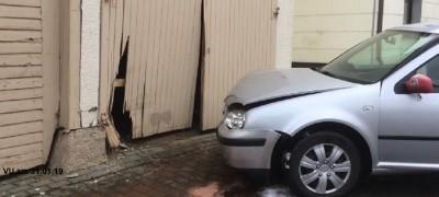 Fahrzeug fährt gegen Scheunentor