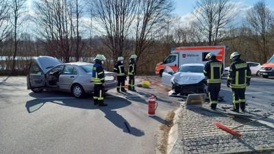 Drei Verletzte und zweimal Totalschaden